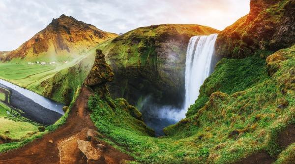 Vista panorámica de la Cascada Skogafoss - 12 planes imperdibles para hacer en tu viaje por carretera en Islandia