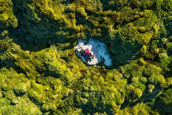 Pareja en medio del campo Eldhraun . Luna de miel en Islandia