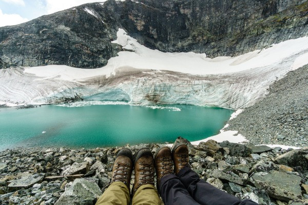 Turistas con botas impermeables para hacer senderismo - Guía de Viaje a Islandia en camper