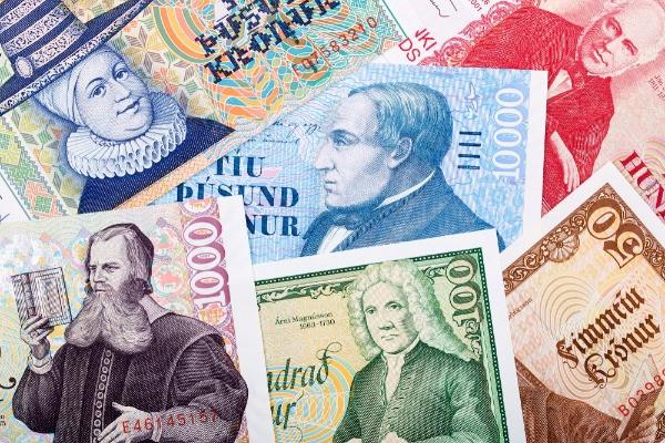 Billetes islandeses con dibujos de diferentes personajes - moneda de Islandia