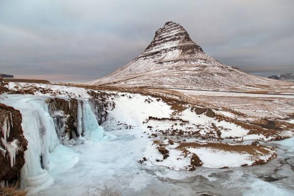 Montaña nevada Kirkjufell - Parada obligatoria en tu tour de Juego de Tronos por tu cuenta en Islandia