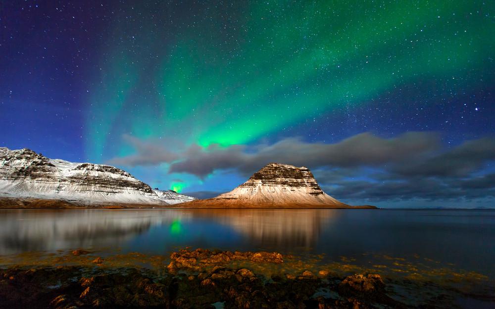 Auroras Boreales en un paisaje nevado - ¿Qué hacer en Islandia en Octubre?