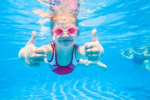 Niña buceando en una piscina islandesa - Las mejores piscinas de Islandia en Reikiavik