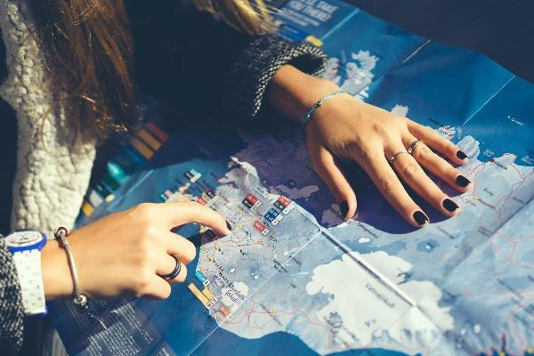 Turista revisando un mapa de carreteras de Islandia en Invierno