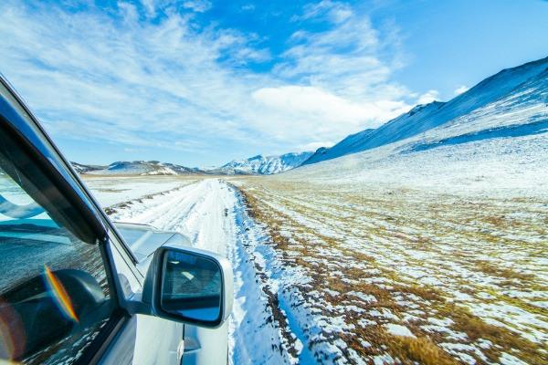 Camper por carretera nevada en Islandia durante el invierno