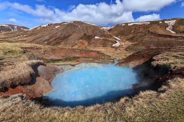 Vista panorámica a las aguas termales de Reykjadalur – Senderismo y baño en Islandia