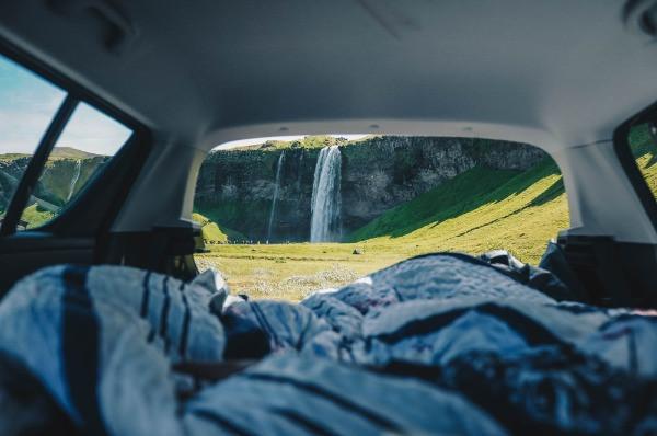 Camper con vistas a una cascada - La forma preferida de viajar por Islandia para jóvenes