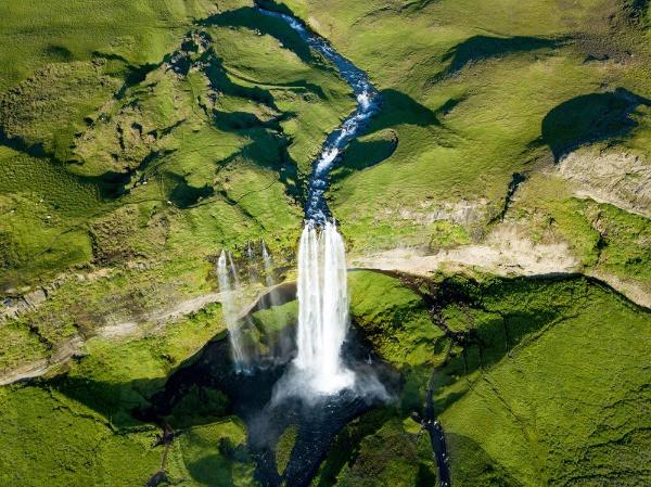 Vista desde dron de la cascada Selialandsfoss - La cascada de Selialandsfoss en Islandia