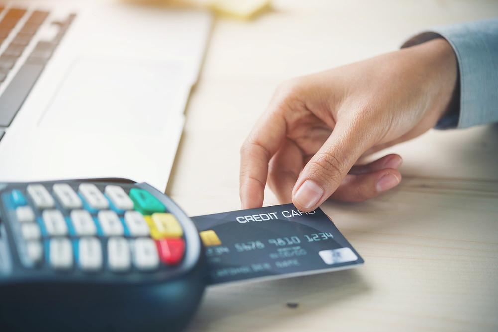 Turista pagando con tarjeta de crédito en TPV