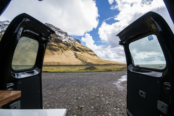 Camper con las puertas traseras abiertas - aconsejamos tenerlas cerradas si hace viento
