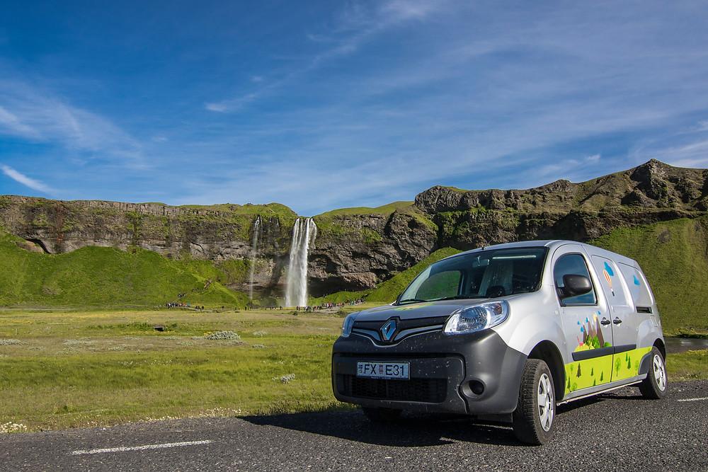 Camper aparcada cerca de una cascada islandesa - ¿Cuál es la diferencia entre una camper y una autocaravana?