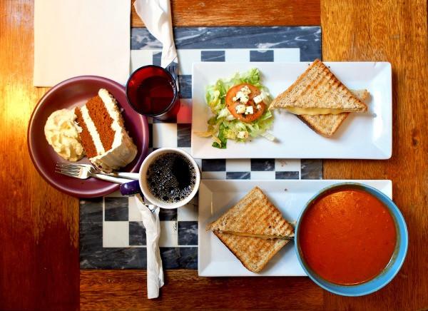 Desayuno tradicional islandés en uno de los cafés típicos de Reykjavik - actividad para hacer durante el mal tiempo