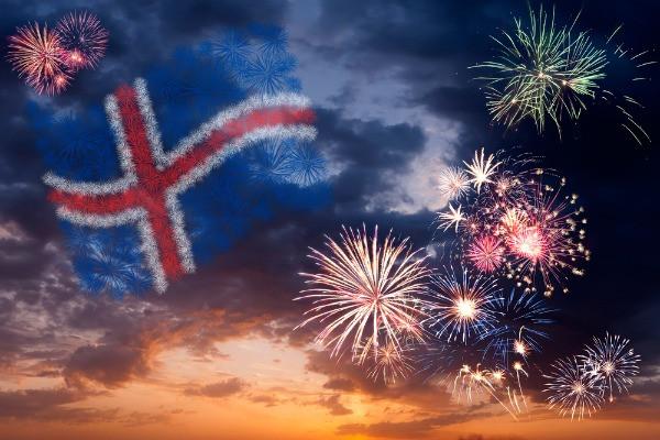 Fuegos artificiales y bandera de Islandia en el cielo de Jökulsárlón - El lago glaciar de Islandia