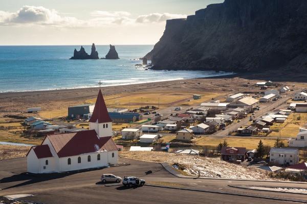 Vista panorámica de Vík y sus playas negras - Parada obligatoria en Islandia