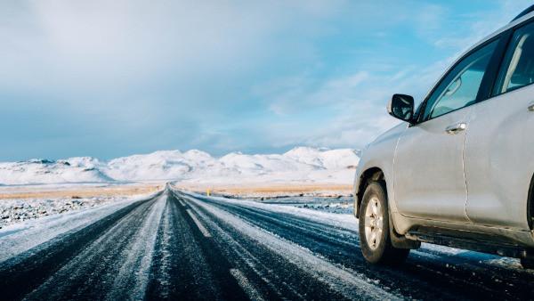 Coche de alquiler barato por carretera nevada de Islandia - Una de las razones para visitar Islandia en temporada baja