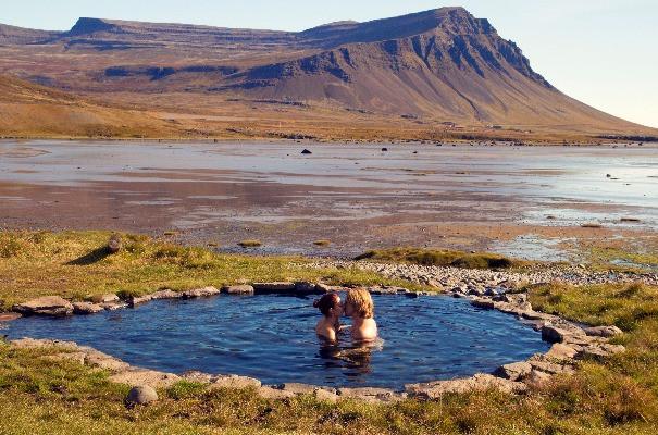 Pareja tomando un baño termal - Luna de miel en Islandia
