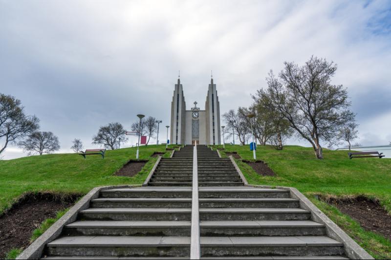 Vista panorámica de la Iglesia Akureyrarkirkja - Guía Completa de Akureyri - la Capital del Norte de Islandia