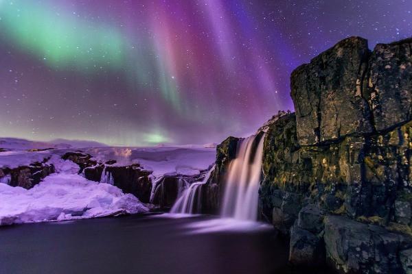 Panorámica de una cascada islandesa con las auroras boreales de fondo - Islandia y las Auroras Boreales: Todo lo que debes saber