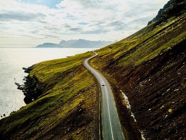 Vehículo conduciendo por una carretera islandesa - Guía para conducir en Islandia en Marzo