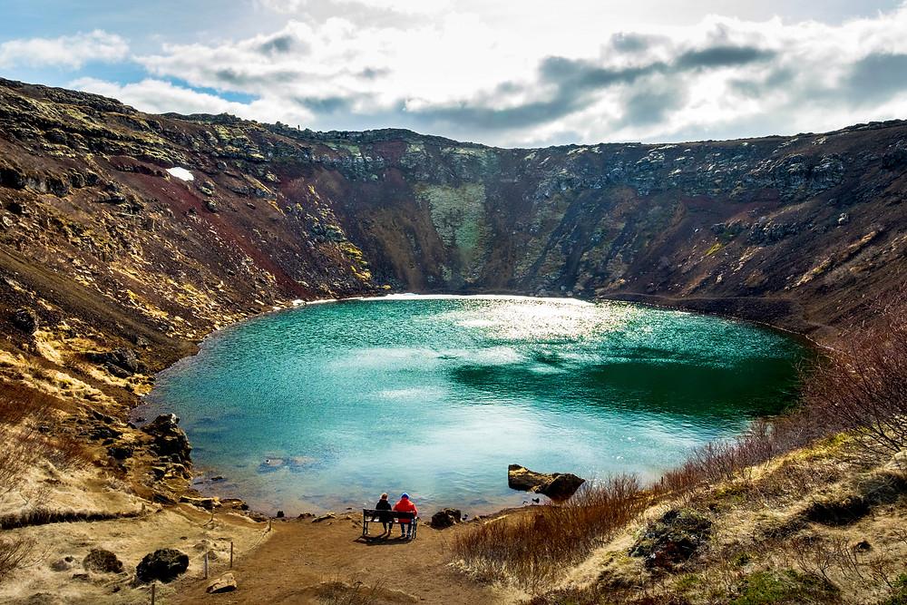 Vista panorámica de Kerid - Cráter y lago volcánico en Islandia