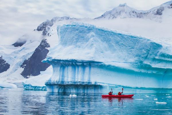 Turistas haciendo kayak por un lago glaciar en Islandia - Temporada baja en Islandia - Fechas y ventajas