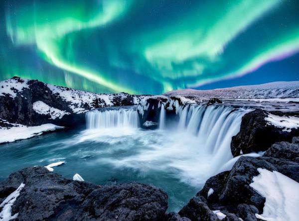 Panorámica a una cascada islandesa con Auroras Boreales en el cielo - Invierno en Islandia, las actividades más populares