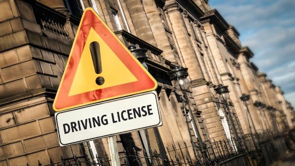 Señal de carnet de conducir - requisito obligatorio para alquilar una camper o autocaravana en Islandia