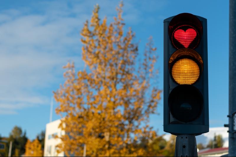 Semáforo en rojo con forma de corazón - Guía Completa de Akureyri - la Capital del Norte de Islandia