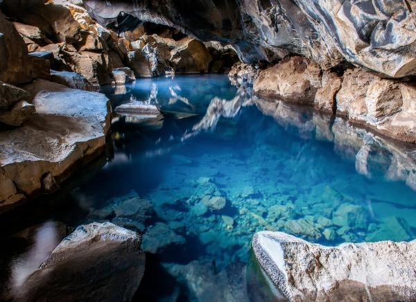 Vista panorámica a la cueva Grjótagjá - Parada del Círculo de Diamante en Islandia