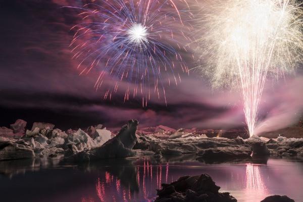 Vista panorámica a fuegos artificiales en Jökulsárlón - El lago glaciar de Islandia