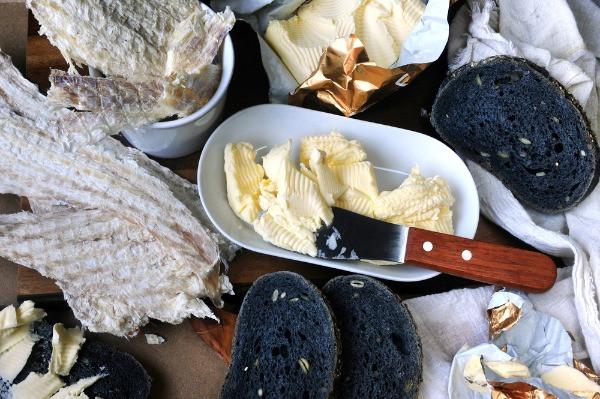 filetes de pescado seco con pan negro y mantequilla - Los mejores restaurantes de Islandia