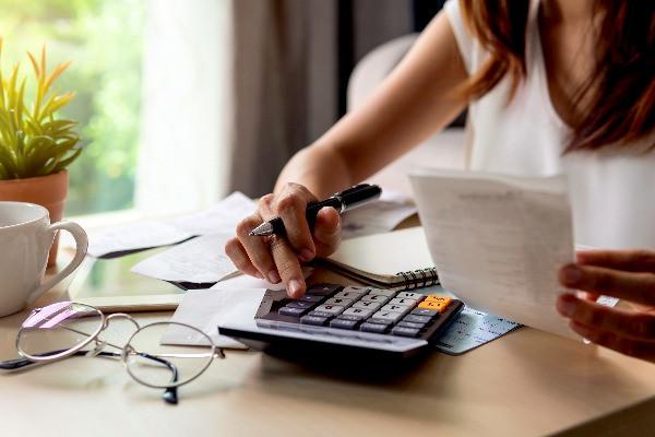 Turista calculando un presupuesto para su viaje a Islandia - Viajar a Islandia - Guía de costes para el viajero