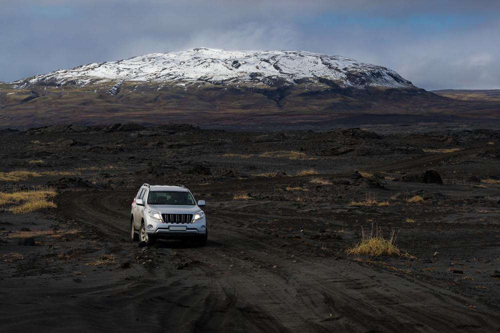 Coche mediano atravesando las carreteras F de Islandia