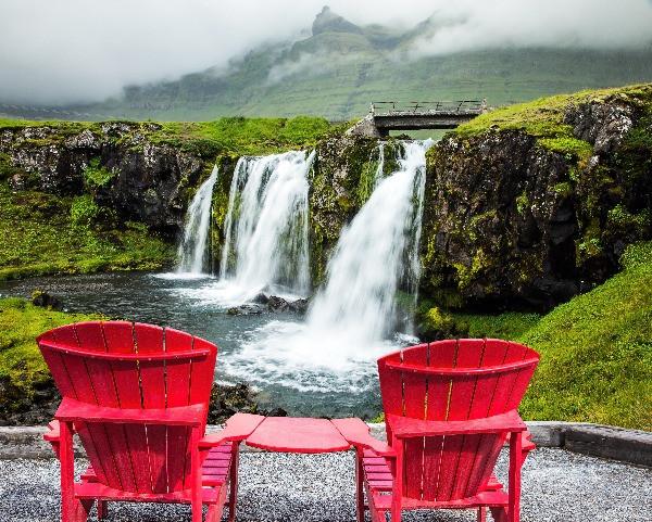 Panorámica de sillas en frente de una cascada Islandesa, accesible en camper - Guía de viaje a Islandia en camper