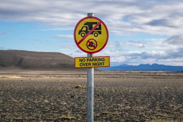 Señal de no aparcar durante la noche en zonas privadas en Islandia