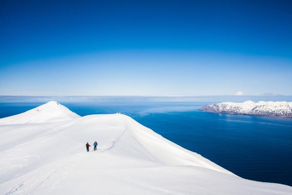 Pareja esquiando en Islandia - Esquiar en Dalvík al norte de Islandia