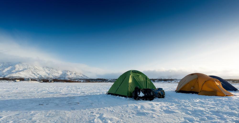 Tiendas de campaña en camping nevado de Islandia