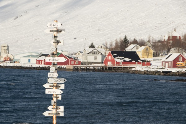 Vista panorámica de Eskifjordur nevada, una de las razones para visitar Islandia en temporada baja