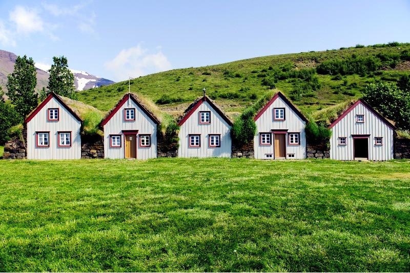 Museo Glaumber rodeado de naturaleza verde - Guía Completa de Akureyri - la Capital del Norte de Islandia