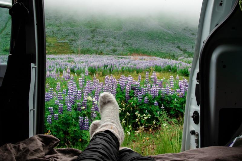 Turista disfrutando de las vistas desde una autocaravana - Qué ver en Islandia: Recorrido en Autocaravana
