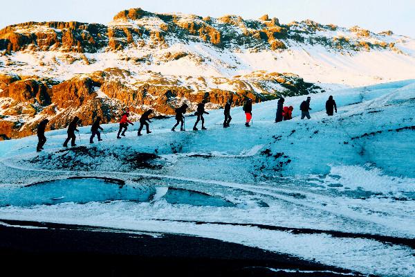 Grupo de turistas escalando un glaciar en Islandia - La extinción del glaciar Okjokull en Islandia