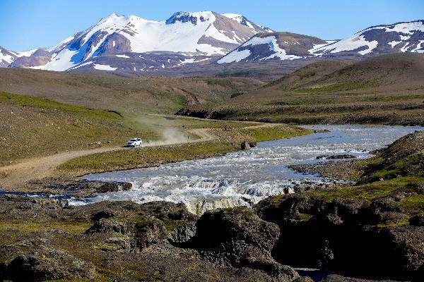Turista conduciendo un 4x4 cerca de un río por la carretera F208 - Carretera de montaña en Islandia