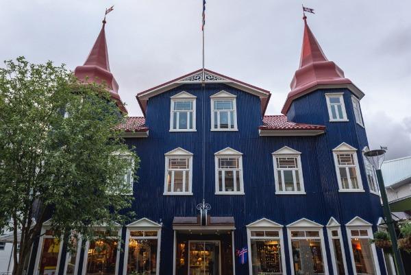 Edificio emblemático azul con techo rojo de Akureyri - Capital del norte de Islandia
