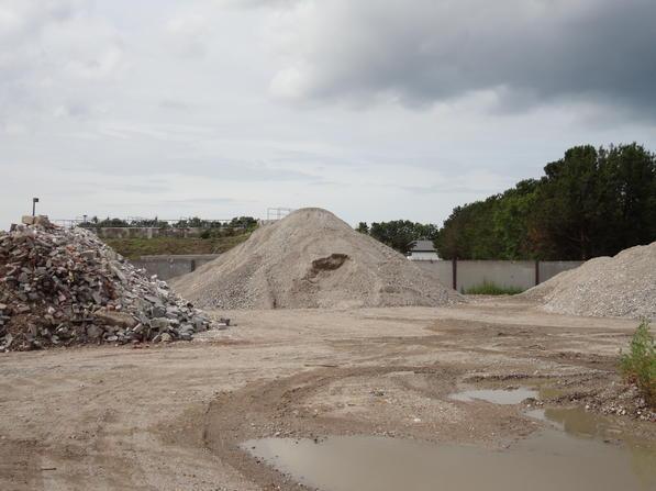 Salg af grus og genbrugsstabil