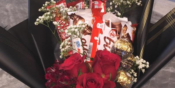 mix chocolate with 3 red roses
