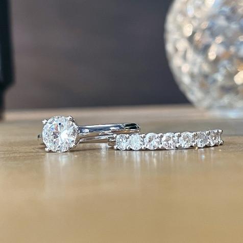 Solitaire diamant et alliance demi-tour