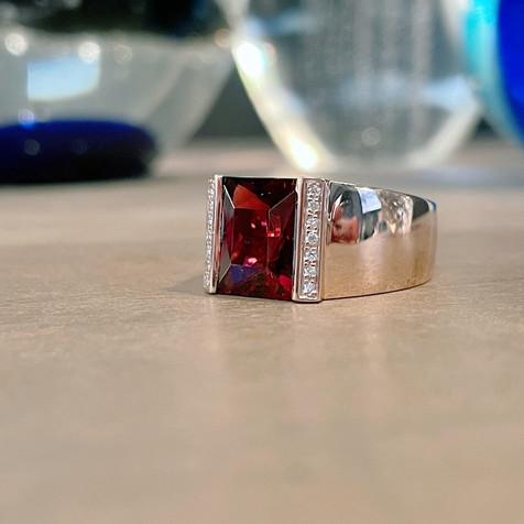 Bague grenat et diamants sur or rose