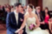 Brautpaar verliebt Kuss Brautpaar Hochzeitsfotograf Hochzeitsfoto Hochzeitsreportage Kirche