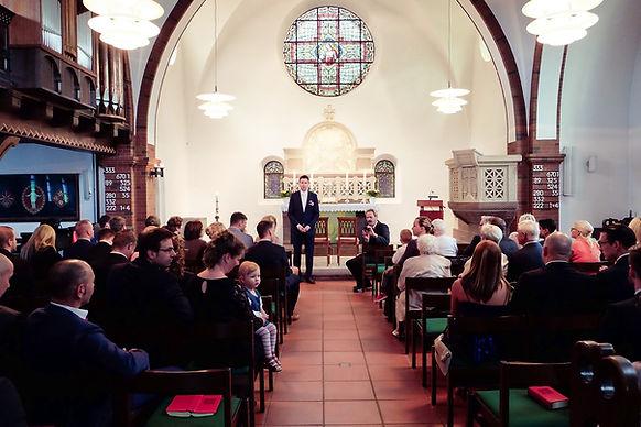 Hochzeitsfotograf Hochzeitsfoto Hochzeitsreportage Der Bräutigam wartet auf die Braut in der Kirche