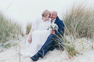 Dünen Brautpaar Hochzeitsfotograf Hochzeitsfoto Hochzeitsreportage am Leuchtturm Westerheversand